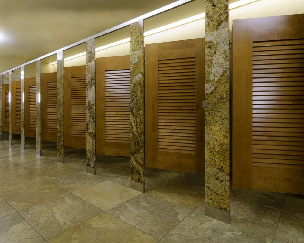 Разделить пространство можно с помощью туалетных кабинок